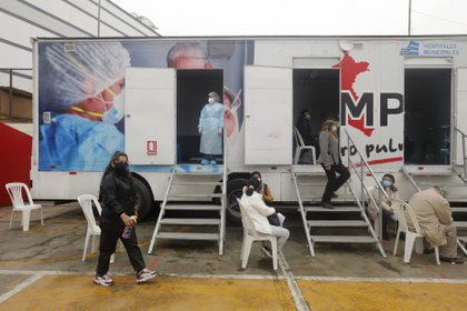 Un grupo de personas aguarda su turno para someterse a una prueba de coronavirus en Lima, Perú. MARIANA BAZO / ZUMA PRESS / CONTACTOPHOTO