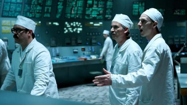 Viktor Bryukhanov, el ingeniero jefe, Nikolai Fomin, y al ingeniero jefe adjunto, Anatoly Dyatlov en la serie de HBO