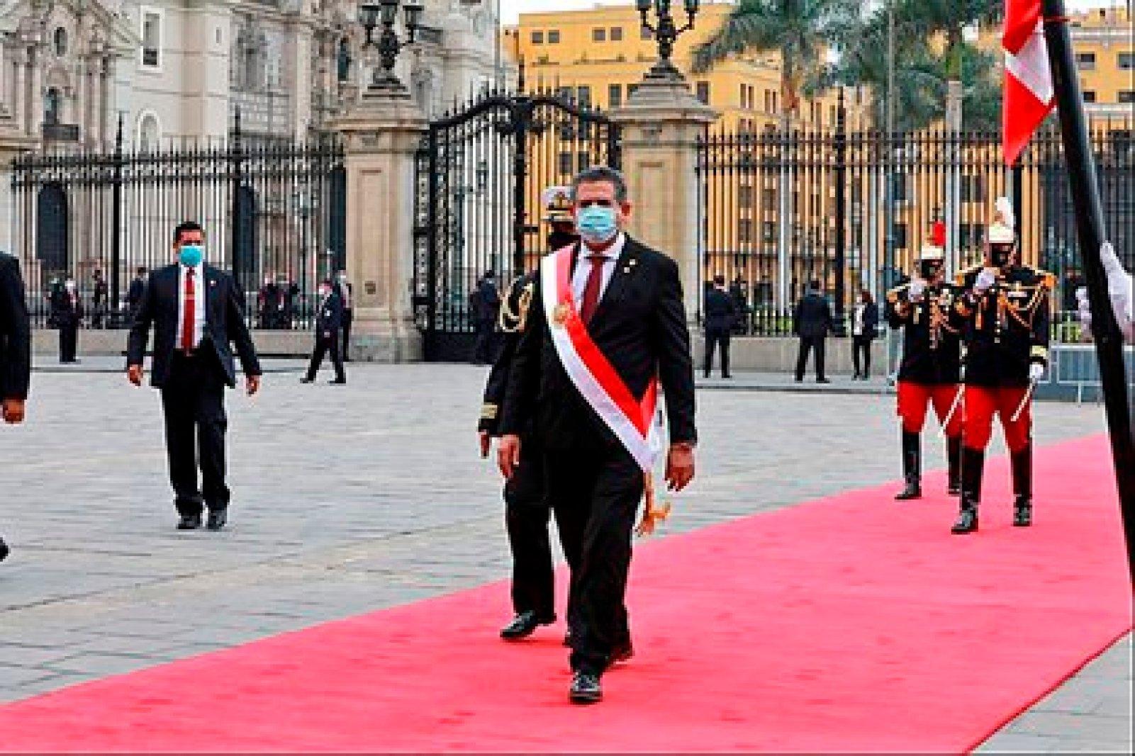 Fotografía cedida por el Congreso de la República de Perú que muestra a Manuel Merino de Lama al salir de la ceremonia de investidura como presidente de Perú. EFE/Cortesía Congreso de Perú