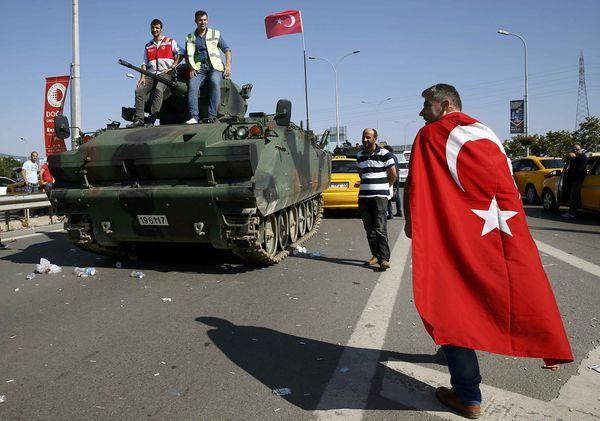 El día posterior al intento de golpe de Estado, en las calles de Turquía (Reuters)