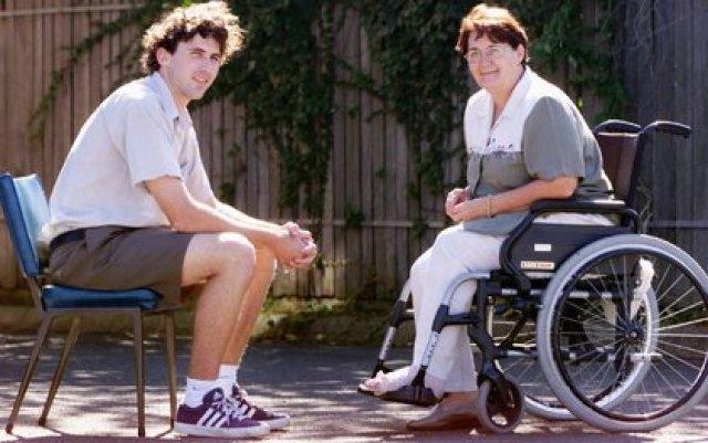 Jerbury con su madre. La mujer también fue diagnosticada con la enfermedad de la neurona motora y falleció. Antes había afectado al tío. El biólogo se dio cuenta de que tenía un 50% de posibilidades de heredar la mutación genética relacionada con la enfermedad. Se trata de formas hereditarias de la enfermedad