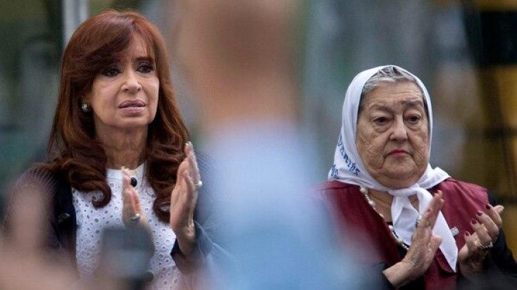 Cristina Kirchner aplaude durante un acto con Hebe de Bonafini (NA)