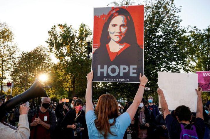 Una activista apoya la nominación de la juez Amy Coney Barrett frente a la Corte Suprema, Washington, D.C., EEUU. 26 octube 2020. REUTERS/Joshua Roberts