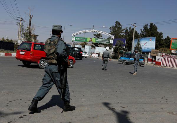 La policía afgana asegura los alrededores del aeropuerto (Reuters)