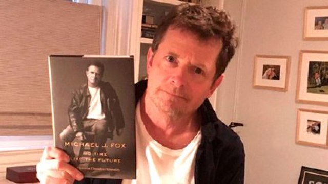 """""""Los ejemplares de mi libro 'No Time Like the Future' (No hay tiempo como el futuro) ya llegaron. Muy ansioso de que todos lo lean"""", anunció Michael J. Fox en su cuenta de Instagram (@realmikejfox)"""