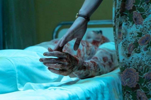 La otra objeción que puede hacerse es la enorme cantidad de sangre que se observa luego de la explosión nuclear (HBO)