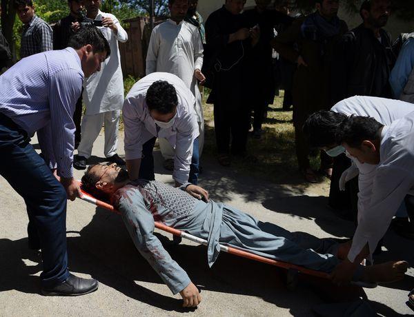 Voluntarios cargan el cuerpo de uno de los fallecidos (AFP)