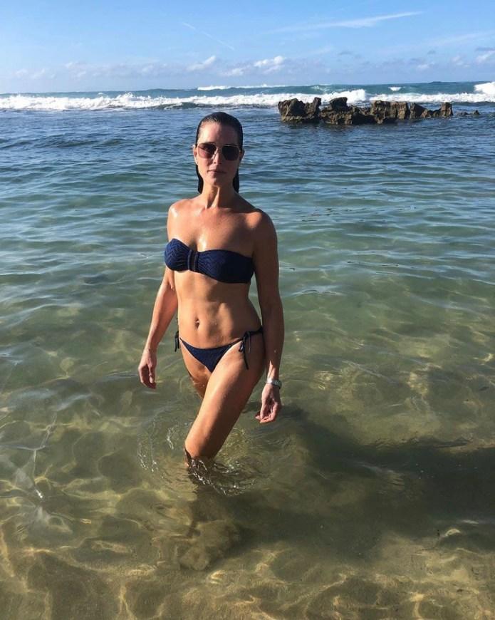 Brooke Shields, de 54 años, compartió en su cuenta de Instagram una fotografía en la que aparece posando en bikini a la orilla del mar en una playa de Puerto Rico. La imagen despertó suspiros entre sus admiradores