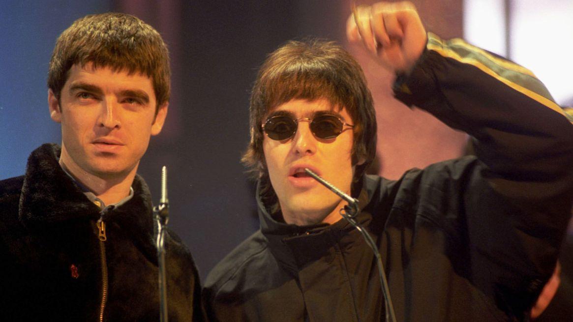 Noel y Liam Gallagher: los hermanos que conformaron Oasis tuvieron enfrentamientos violentos (Alan Davidson/Shutterstock)