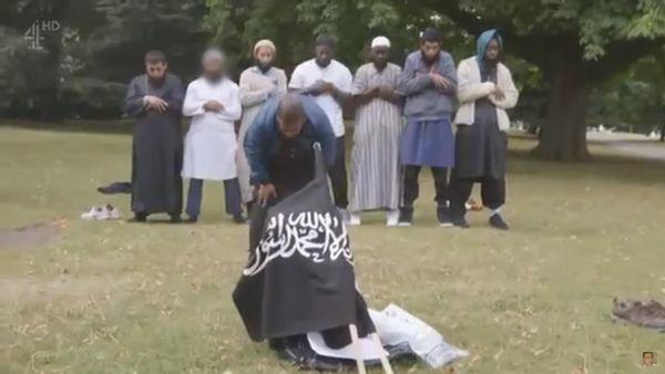 Extremistas islámicos desplegan una bandera reivindicada por el ISIS en un parque de Londres
