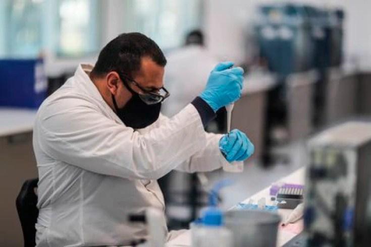 Trabajadores del laboratorio mAbxience, elegido por AstraZeneca para la producción en Latinoamérica de la vacuna contra el COVID-19. EFE/Juan Ignacio Roncoroni/Archivo