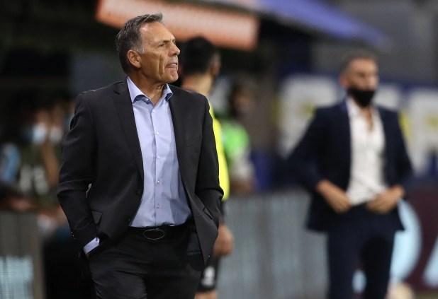 Miguel Ángel Russo piensa en el equipo para enfrentar a Huracán (REUTERS/Agustin Marcarian)