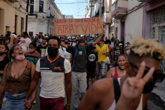 Gente grita consignas contra el régimen durante una protesta en La Habana (REUTERS/Alexandre Meneghini)