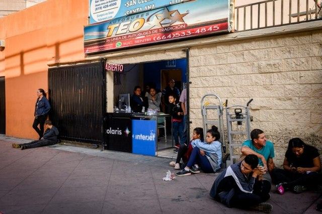 Una parada de autobús cerca de la frontera en Tijuana. Una compañía de buses comerciales ha comenzado a ofrecer servicios directos desde Tijuana a Tapachula, una ciudad mexicana ubicada cerca de la frontera con Guatemala. (Emily Kask/The New York Times)