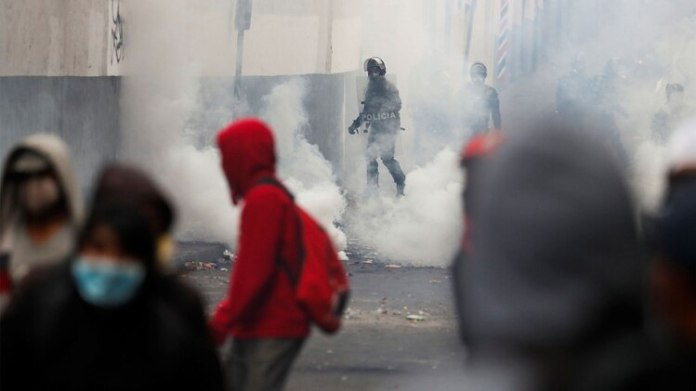 Hubo choques entre manifestantes y policías (REUTERS/Carlos Garcia Rawlins)