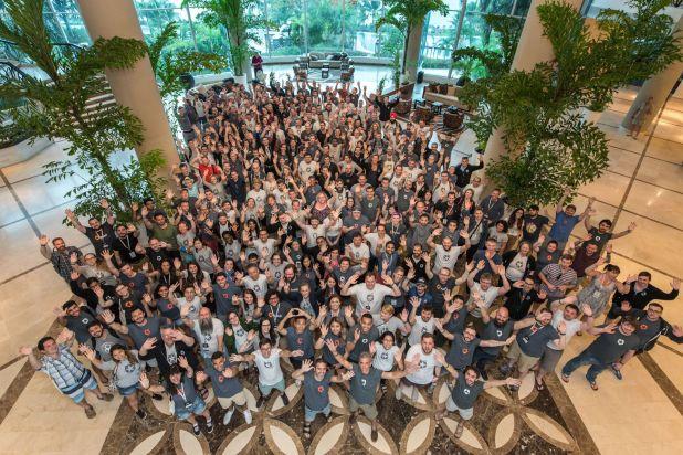 Parte del equipo de la compañía en un encuentro global