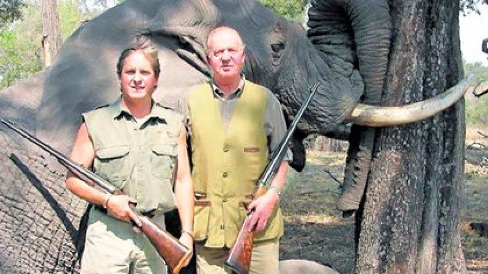 La foto del escandaloso safari en Botswana. El rey Juan Carlos junto a Alexander, hijo menor de su amante, y su presa, un elefante de más de 50 años y 5 mil kilos