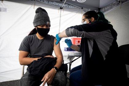 Estados Unidos solo ha administrado hasta ahora 8 millones de vacunas de Johnson & Johnson, frente a los más de 118 millones de unidades de Pfizer. EFE/Etienne Laurent/Archivo