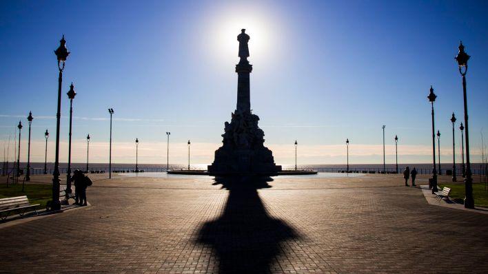 La estatua del navegante mira hacia el Río de la Plata