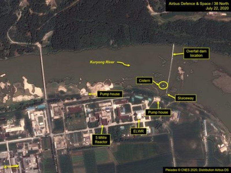 Una vista del Centro de Investigación Científica Nuclear de Yongbyon en la orilla del río Kuryong en Yongbyon, Corea del Norte, 22 de julio de 2020. Fotografía tomada el 22 de julio de 2020. Crédito obligatorio Airbus Defence & Space y 38 North / Pléyades © CNES 2020, Distribución Airbus DS a través de REUTERS