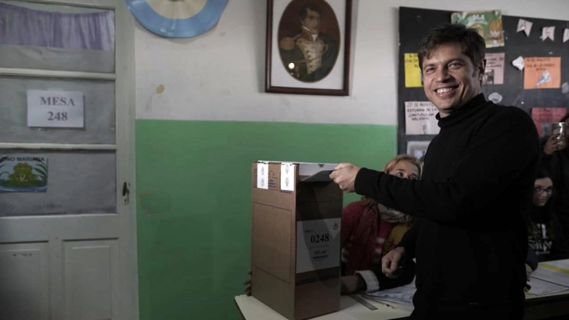 Kicillof volverá a votar en Pilar, acompañado por Federico Achával, candidato a intendente local, y Ariel Sujarchuk, intendente de Escobar (Pablo Barrera)