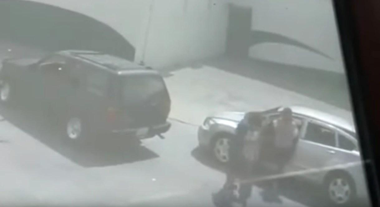 El momento en que la mujer es despojada de su camioneta. Según testigos, sufrió una crisis nerviosa, por lo que no pudo reportar el incidente ella misma (Foto: Especial)