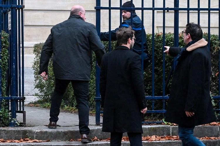 En esta foto tomada el 21 de noviembre de 2019, Willy Bardon llega con sus abogados al juzgado de Amiens antes de la apertura de su juicio (DENIS CHARLET / AFP)