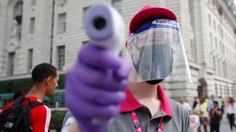 Un empleado realiza un chequeo de temperatura en el recién reabierto London Eye, en medio del brote de la enfermedad coronavirus (COVID-19), en Londres, Gran Bretaña, el 1 de agosto de 2020. REUTERS/Peter Cziborra