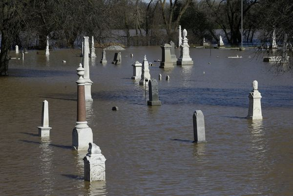 Un cementerio, inundado(AP)