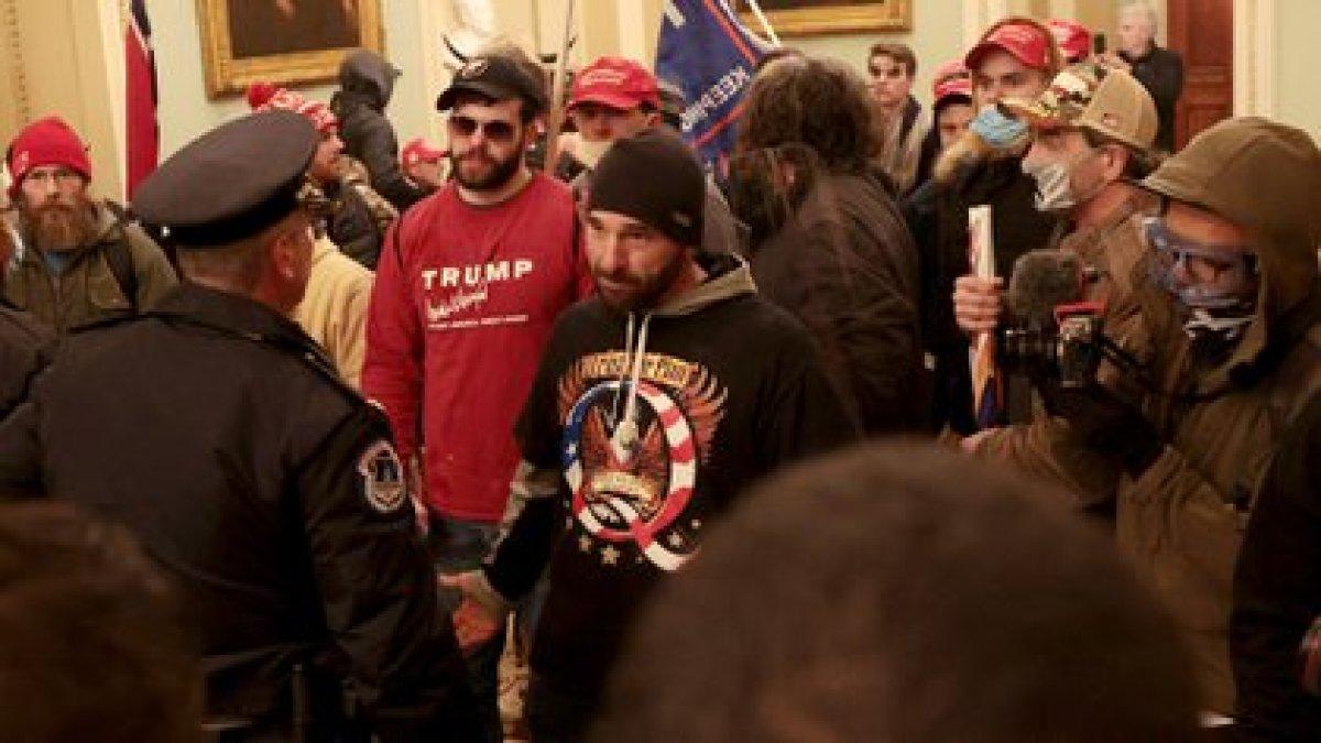 Los manifestantes interactúan con la policía del Capitolio dentro del edificio del Capitolio de los EE.UU. el 06 de enero de 2021 en Washington, DC (Win McNamee/Getty Images/AFP)