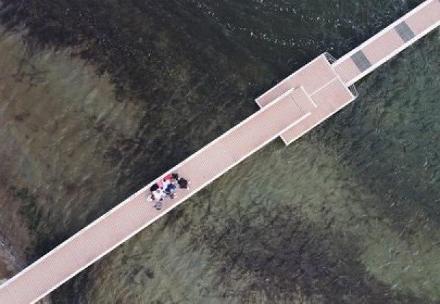 Una clase de dibujo en el muelle (REUTERS/Nacho Doce)