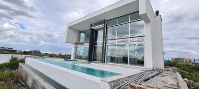 El concepto de la casa partió de la idea de un cubo sobre un espejo de agua