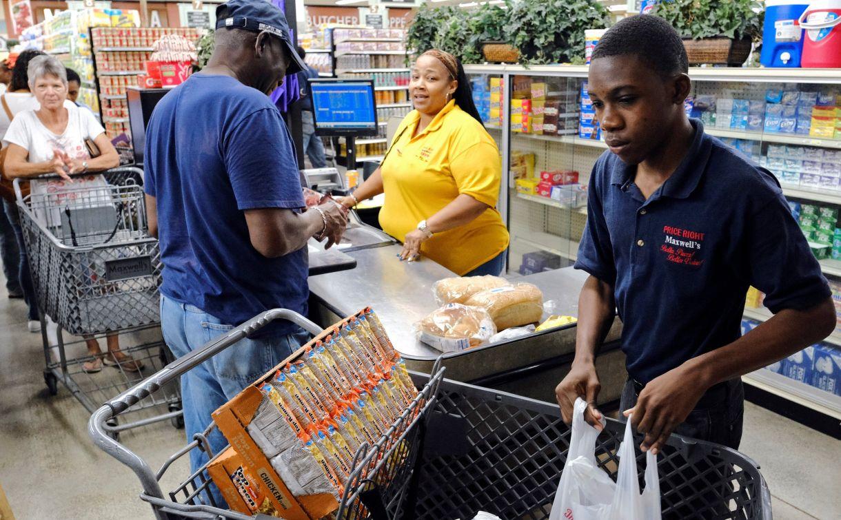 Un grupo de personas se abastece en un supermercado en Bahamas. REUTERS/Dante Carrer