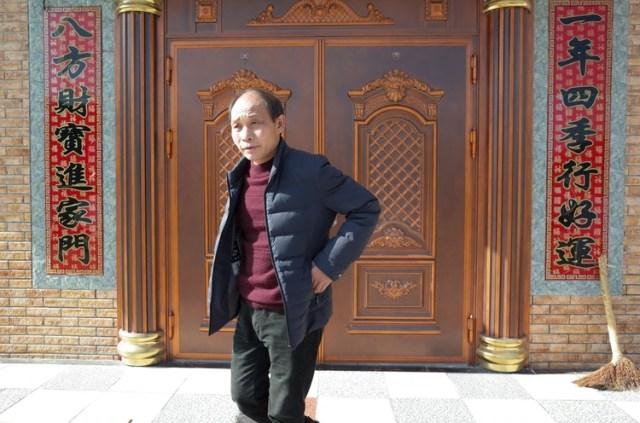 Xu Chunlin viajó por primera vez a Shenzhen en 1989 e introdujo a otros aldeanos de Hunan a duros trabajos de construcción. Hizo una fortuna relativa y vive en una casa de ladrillo de tres pisos con puertas de latón (The Washington Post / Gerry Shih)