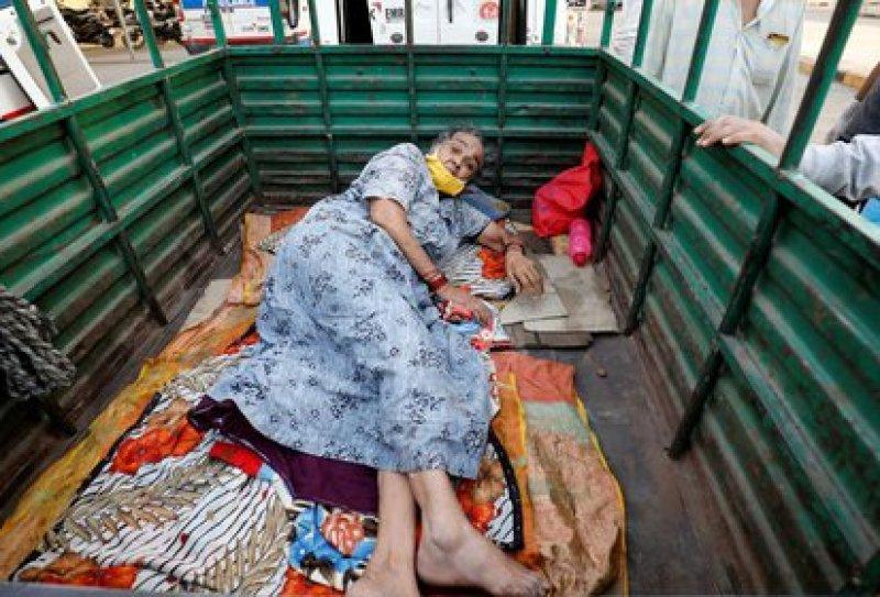 Una mujer tendida en una camioneta a la espera de ser ingresada a un hospital para pacientes con COVID-19 en Ahmedabad. India, abril  26, 2021. REUTERS/Amit Dave