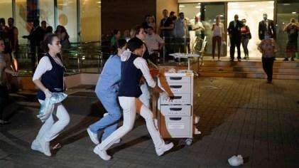 El personal del hospital colaboró en la evacuación (AP Photo/Leo Correa)