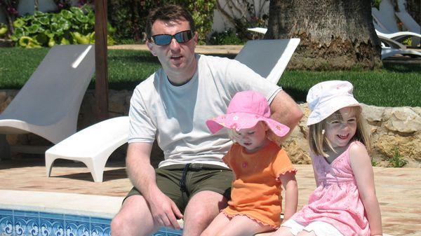 La última foto. Gerry McCann junto a Amelie y Madeleine, quien horas después desaparecería del resort en Praia da Luz, Portugal