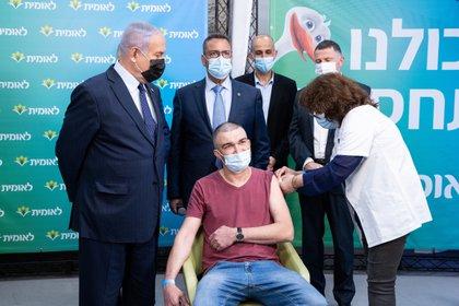 El primer ministro israelí, Benjamin Netanyahu, lleva una máscara protectora durante una visita a las instalaciones de vacunación de Leumit Health Care Services en Jerusalén (Reuters)
