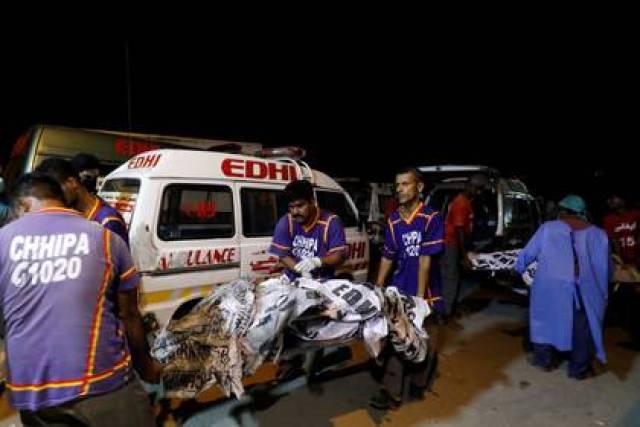 Rescatistas transportan cuerpos luego de un accidente de avión