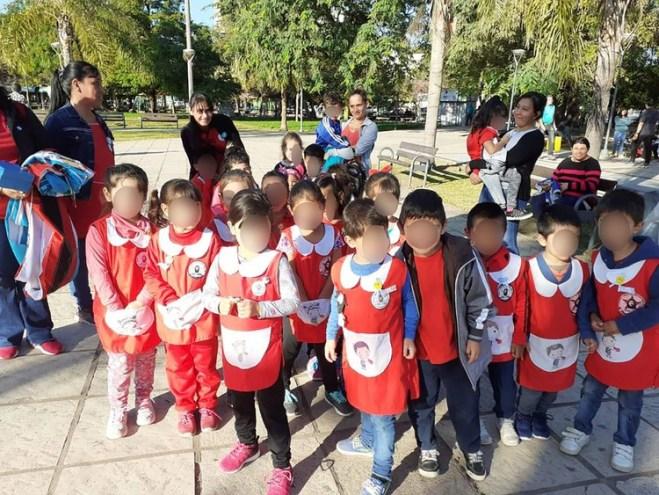 """Alumnos de jardín con el escudo del """"Che"""" como distintivo"""