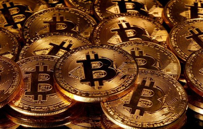 Unlike Bitcoin, stable currencies always maintain a reference value: for example, the dollar, although in pesos its price does vary: as much as the price of the currency in the local market (Reuters)