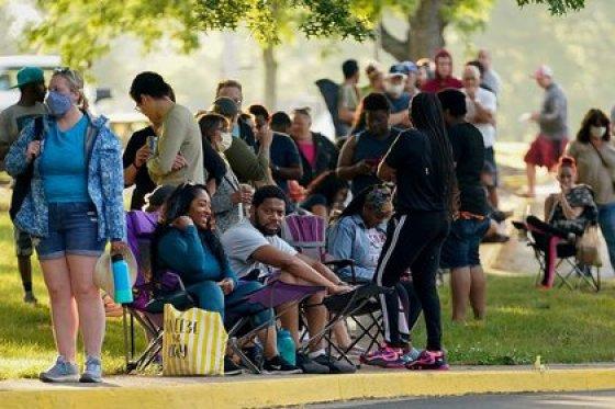 Decenas de personas esperan frente a una oficina de empleo dos horas antes de su apertura para solicitar ayuda con sus prestaciones de desempleo in Frankfort, estado de Kentucky, Estados Unidos (REUTERS / Bryan Woolston / Archivo)