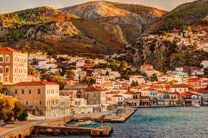 La isla griega de Hidra, un oasis para los que sufren continuamente por la contaminación acústica, transporta al viajero a tiempos más tranquilos. Situada a tan solo dos horas de ferri de Atenas, esta perla del golfo Sarónico resiste estoicamente a las comodidades de la modernidad (Shutterstock)