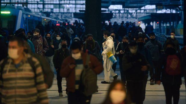 Tumulto de gente en llegada de tren a Constitución