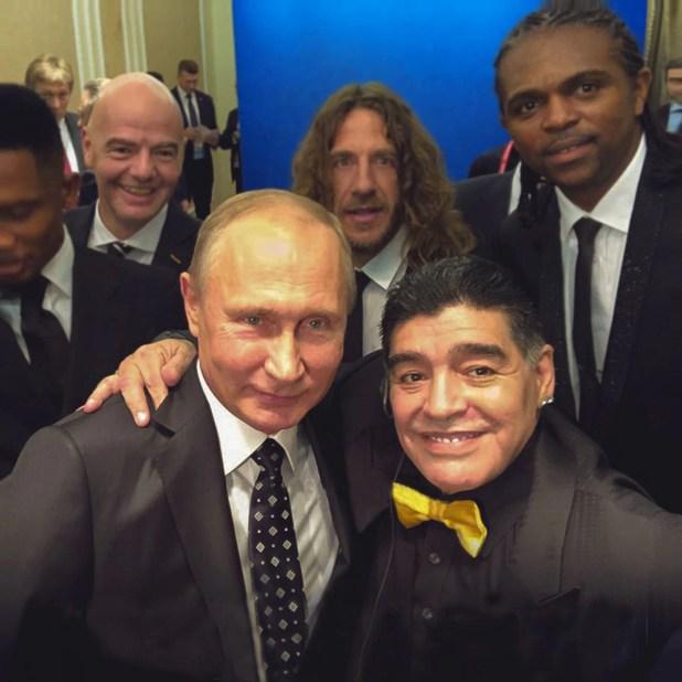 Maradona posando con Vladimir Putin fuera de protocolo durante la previa del sorteo del Mundial de Rusia