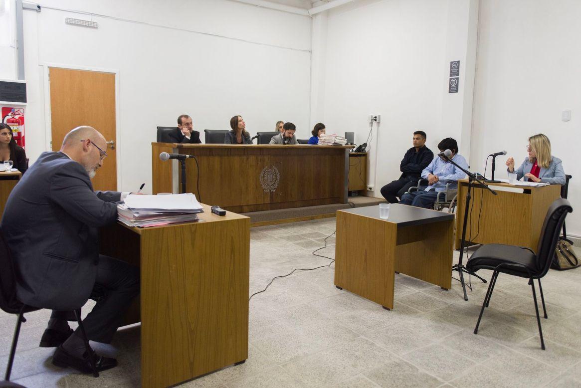 """La sala del juicio. """"Carlinchi"""" junto a su defensoria oficial en su silla de ruedas (Adrián Escandar)"""