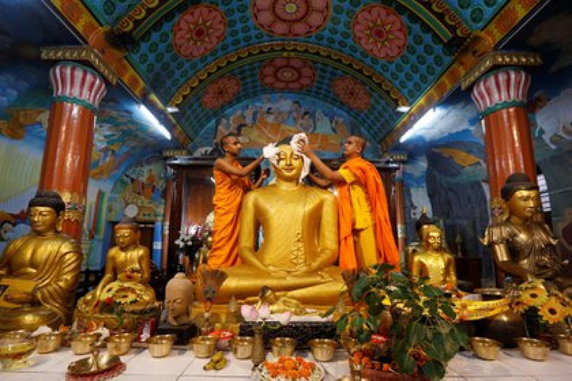 Monjes budistas limpian la estatua del Buda dentro de un templo en preparación para el Día de Vesak en Kolkata, India el 9 de mayo de 2017. (Reuters)