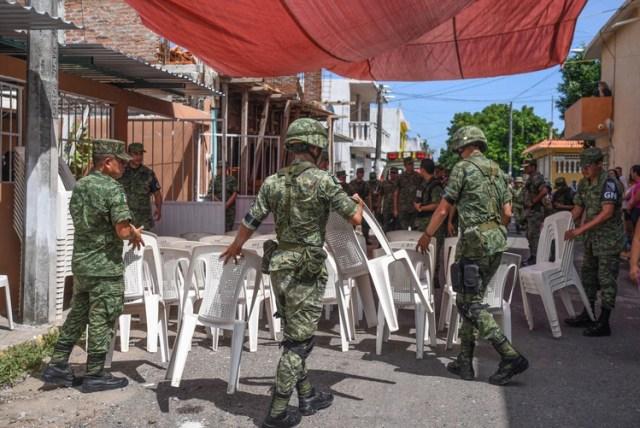VERACRUZ,VERACRUZ, 19OCTUBRE2019.- Militares del Ejercito Mexicano acompañan a familiares en el funeral de Alfredo González Muñóz de 26 años, miembro de la Guardia Nacional que fue abatido tras los enfrentamientos en Culiacán, Sinaloa, contra el narcotraficante Ovidio Guzmán. FOTO: VICTORIA RAZO /CUARTOSCURO.COM