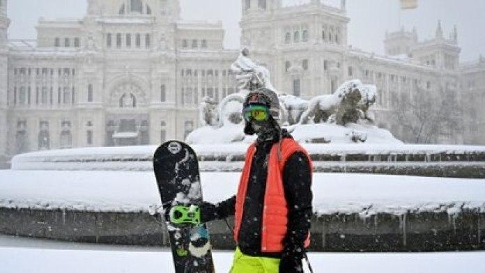 Un hombre salió a disfrutar de la nieve en Madrid (GABRIEL BOUYS / AFP)