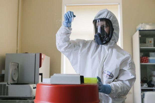 Una investigadora trabajando en el laboratorio de la vacuna rusa.